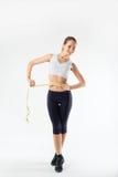 Gewichtverlust Frauentorso mit dem Maß, getrennt auf Weiß stockfoto