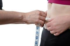 Gewichtverlust Frauentorso mit dem Maß, getrennt auf Weiß Stockfotos