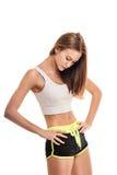 Gewichtverlust Frauentorso mit dem Maß, getrennt auf Weiß Anhebende Gewichte der attraktiven Frau und Lächeln an der Kamera Stockfotografie