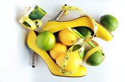 Gewichtverlust Frauentorso mit dem Maß, getrennt auf Weiß Messendes Band eingewickelt um Zitrone Stockfotos