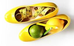 Gewichtverlust Frauentorso mit dem Maß, getrennt auf Weiß Messendes Band eingewickelt um Zitronen Lizenzfreies Stockbild