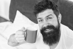 Gewijde cafe?ne r De goede homosexueel begint van kop van koffie De koffie be?nvloedt lichaam knappe mens stock foto's