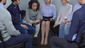 Gewijde vrouw die over problemen bij therapiezitting spreken, mensen ondersteunend haar stock videobeelden