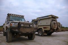 Gewijzigd Land Cruiser 79 dubbele cabinebestelwagens dichtbij Longa-Rivier, Angola royalty-vrije stock fotografie