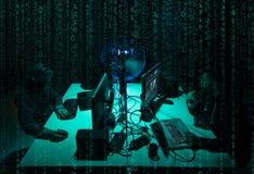 Gewilde hakkers die virus coderen die ransomware laptops en computers met behulp van Cyberaanval, systeem het breken en malware c stock foto
