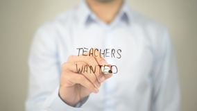 Gewilde leraren, mens die op het transparante scherm schrijven stock afbeelding