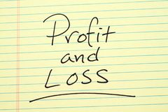 Gewinn- und Verlust auf einem gelben Kanzleibogenblock Stockfoto