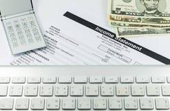 Gewinn- und Verlustrechnung Bericht mit Taschenrechner, Schlüssel breit Stockfotografie