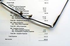 Gewinn- und Verlustrechnung mit Lesegläsern Lizenzfreies Stockfoto