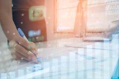 Gewinndiagramm Börsenbarometers des auf Lager mit Handrührender Tablette für Kontrolldaten- oder -diagramm-Investition Stockfoto
