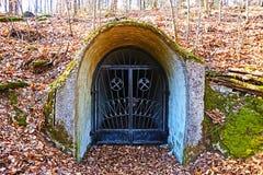 Gewinnen Sie den Eingang, der das Bergbausymbol in der deutschen-französisch Grenze in Rheinland-Pfalz kennzeichnet stockfotos