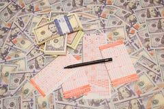 Gewinnen Sie die Lotterie Lottoschein und Bleistift auf Dollarhintergrund Lizenzfreie Stockfotografie