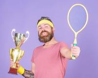 Gewinnen Sie jedes Tennismatch, das ich herein teilnehme Tennisspieler-Gewinnmeisterschaft Athletengriff-Tennisschl?ger und golde stockbild