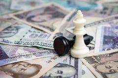 Gewinnende Finanzstrategie des Weltgeldes, weißer Siegerschachkönig stockfotografie
