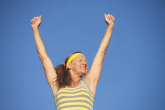 Gewinnende Haltung der erfolgreichen sportlichen reifen Frau Stockfotos