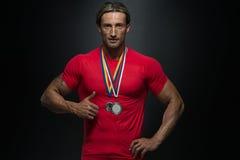 Gewinnende Medaille Mittelalter-Athleten-Competitor Showing Hiss Lizenzfreie Stockfotos