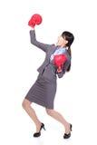 Gewinnende tragende Boxhandschuhe der Geschäftsfrau stockfotografie