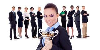 Gewinnendes businessteam, weibliche Holdingtrophäe lizenzfreie stockfotos