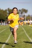 Gewinnendes Sportrennen des Mädchens Stockfoto