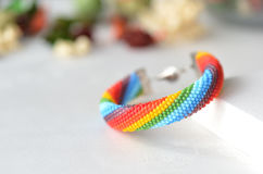Gewirktes Armband der Perle von Farben eines Regenbogens Lizenzfreie Stockfotos