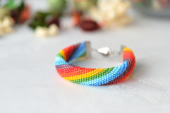 Gewirktes Armband der Perle von Farben eines Regenbogens Stockbilder