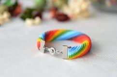 Gewirktes Armband der Perle von Farben eines Regenbogens Stockfoto