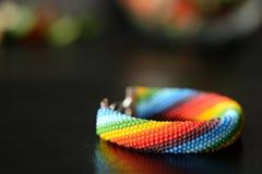 Gewirktes Armband der Perle von Farben eines Regenbogens Lizenzfreie Stockbilder