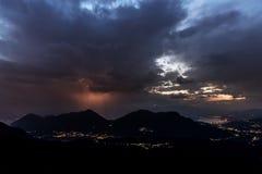 Gewitter über Bergen am Horizont Lizenzfreie Stockbilder