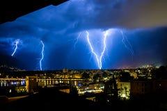 Gewitter über Blitzschlag der kleinen Stadt Stockbilder