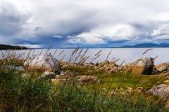 Gewitter über dem weißen Meer Stockbilder