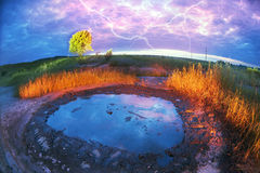 Gewitter über dem wilden Öl Stockfoto