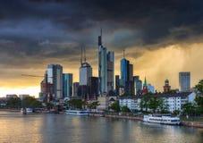 Gewitter über den Skylinen von Frankfurt Stockbilder