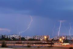 Gewitter über der Stadt lizenzfreie stockbilder