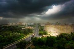 Gewitter über der Stadt von Ryazan, Russland Großes thunderstom, Licht vom Himmel auf städtischer Ansicht Lizenzfreies Stockbild