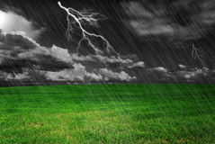 Gewitter über einem Feld Stockfotos