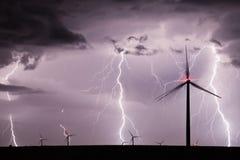 Gewitter über einem Windpark, der erneuerbare Energie darstellt Stockfotografie