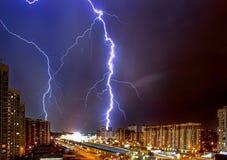Gewitter über einer modernen Stadt nachts Stockfotos