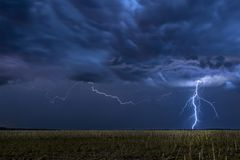 Gewitter über Feld in Oklahoma Stockfotografie