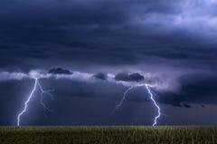 Gewitter über Feld in Oklahoma Stockfoto