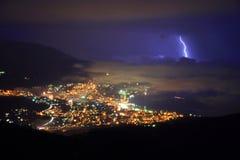 Gewitter über Nachtstadt Stockfoto