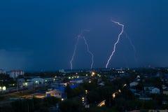 Gewitter über Stadt im Blaulicht Stockbilder