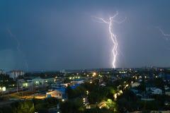 Gewitter über Stadt im Blaulicht Lizenzfreie Stockfotos