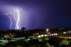 Gewitter über Stadt im purpurroten Licht Lizenzfreie Stockfotografie
