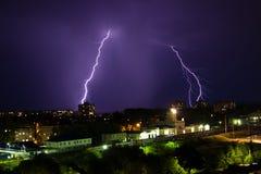 Gewitter über Stadt im purpurroten Licht Lizenzfreie Stockbilder