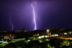 Gewitter über Stadt im purpurroten Licht Lizenzfreies Stockfoto