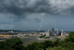 Gewitter über Stadtbild von Pittsburgh von Mt Washington übersehen Lizenzfreie Stockfotos