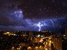 Gewitter außerhalb des Fensters Durch die Regentropfen Stockfotografie