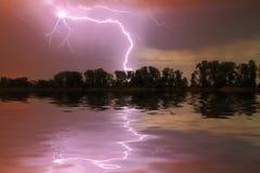 Gewitter auf dem Fluss Lizenzfreies Stockfoto