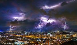 Gewitter bewölkt sich mit Blitz nachts in Seoul, Südkorea Stockfotografie