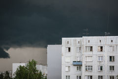 Gewitter, bewölkter Himmel, weißes Gebäude mit Fenstern Stockfoto